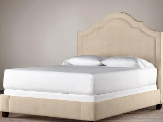 Respaldo cama con curvas: Canelón clásico con vivos y somier tapizado por fuera, patas facetadas color Nogal