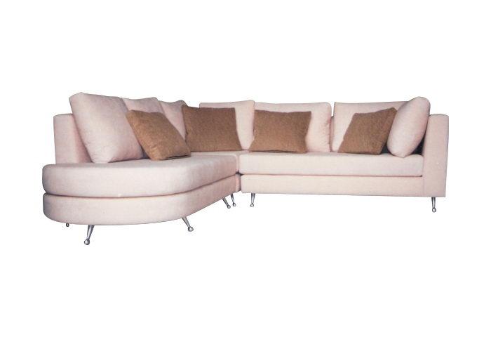 Esquinero punta redonda: cuerpo dividido con un módulo formando esquina, almohadones divididos de acuerdo a los módulos del cuerpo en soft liviano, cubierto con guata y lienzo interno, respaldo en duvetina o vellón siliconado e interior de lienzo, patas aluminio, medida 2.50 metros x 2.50 metros