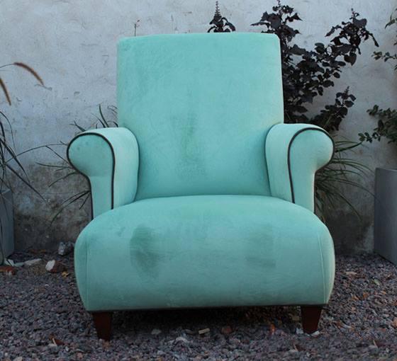 Sillón dormitorio de 1 cuerpo:  asiento y respaldo sin almohadón, sillón compacto relleno de placa alta densidad brazo redondo con detalle de vivo en el frente, patas madera color wengue.