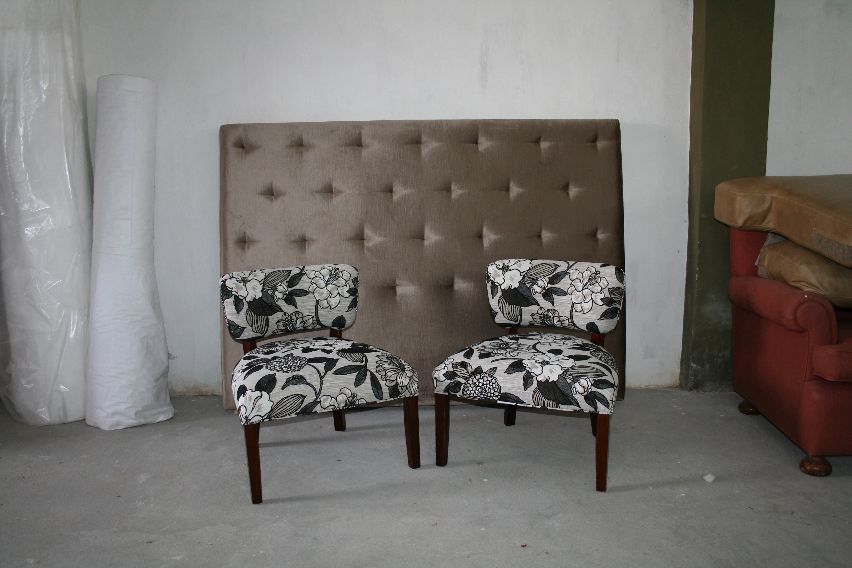 Butaca Matera: asiento con resorte espiral de 4 vueltas cubierto con placa densidad media, patas madera caoba oscuro.