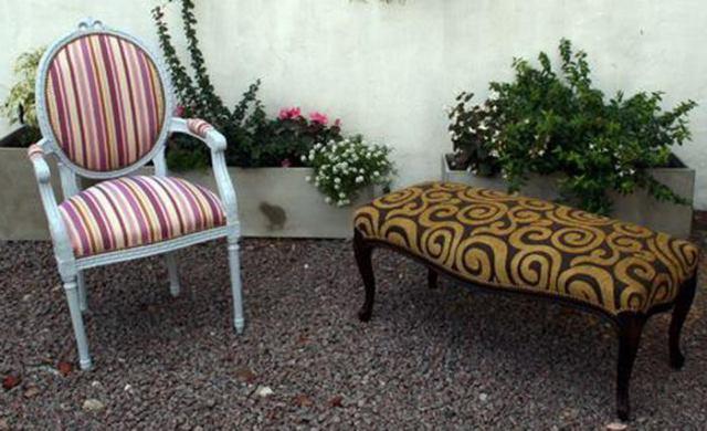 Retapizado a nuevo de sillón Luis XV ovalo, con tachas oxide, pintado a nuevo en gris.  Retapizado de banqueta a nuevo, con tachas oxide, con madera restaurada a nuevo en color Wengue.
