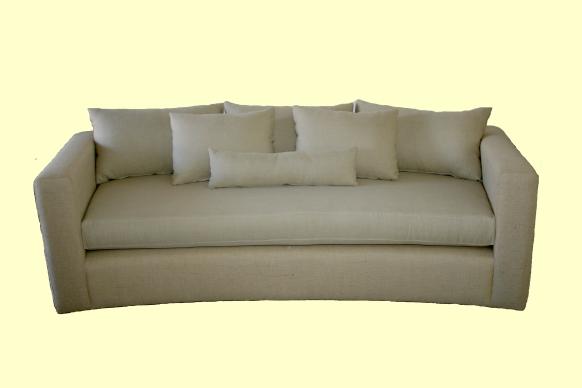 sofá curvo compacto: brazo y respaldo a la misma altura asiento en placa sofá densidad pesada, almohadones respaldo tapa y tapa con solapa en duvetina o vellón siliconado, patas internas Wengue.