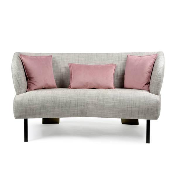 sofá dos cuerpos curvos: Sin almohadones, todo relleno con placa de poliéster alta densidad, patas altas de madera color oscuro.