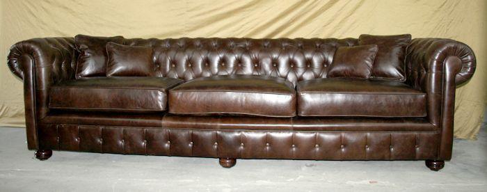 Chesterfield nuevo terminado con asiento de placa de alta densidad con bombé cubierto de guata con interior de lienzo Frente con pliegues y botones clásico, patas cebollas color wengue