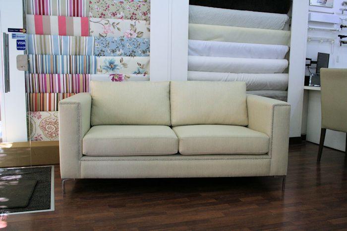 sofá cubo 2 cuerpos en tela cruda: (Ídem 2) con cambio en, almohadones de asiento divididos en cuerpos (ídem Relleno), y patas escuadras aluminio